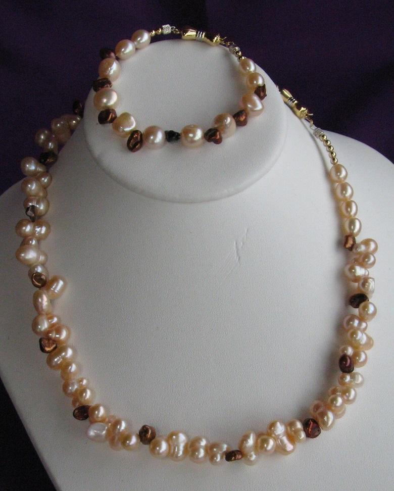 Jewellery, Little Brown Bow. Fresh Water pearls & 14kt Gold set.
